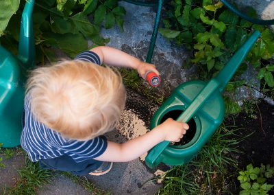 Barn med vannkanne, Foto: Thea Tønnessen